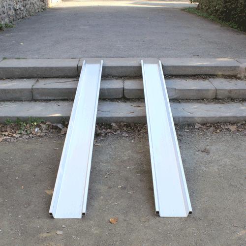 Rollstuhlrampe leicht auf Treppe
