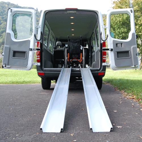Rollstuhlrampe mobil klappbar 2-teilig an Auto frontal
