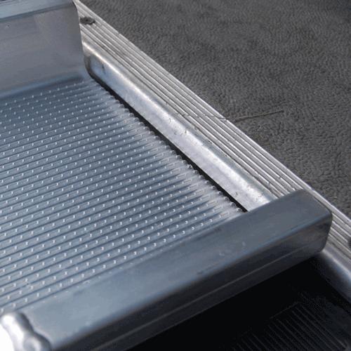 Rollstuhlrampe mobil klappbar 2-teilig Detail Auflage oben angelegt