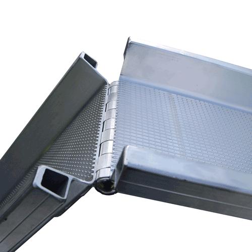Rollstuhlrampe mobil klappbar 2-teilig Detail Klappscharnier