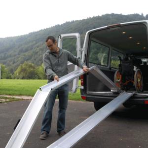 Rollstuhlrampe mobil klappbar 3-teilig beim Auflegen