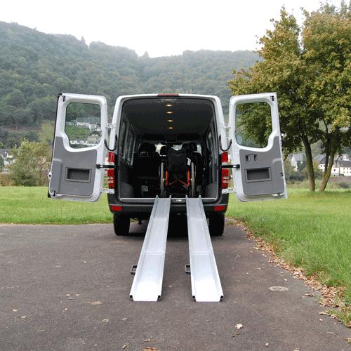 Rollstuhlrampe mobil klappbar 3-teilig am Auto frontal