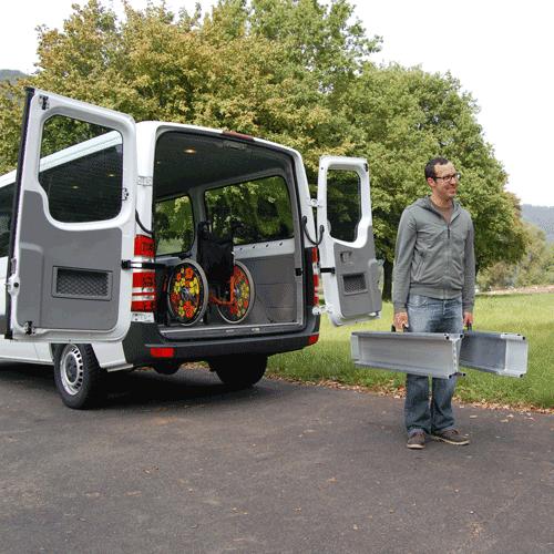 Rollstuhlrampe mobil klappbar 3-teilig beim Transport