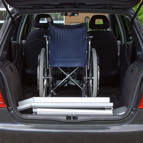 Rollstuhlrampe mobil klappbar 3-teilig verpackt im Auto
