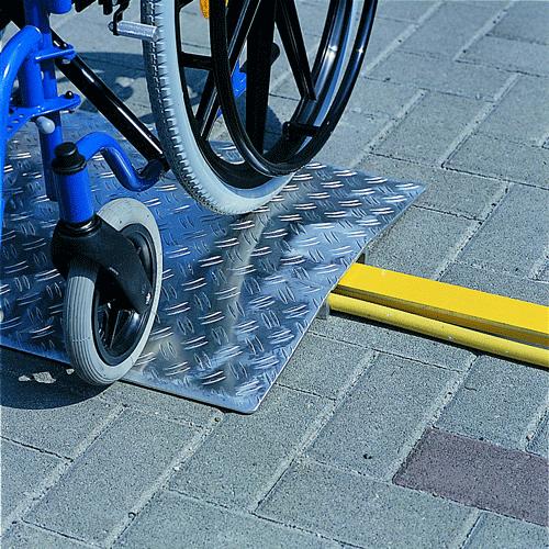 Rollstuhlrampe / Schwellenbrücke über Bodenschwelle