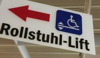 Orientierungshilfen: Rollstuhl-Lift