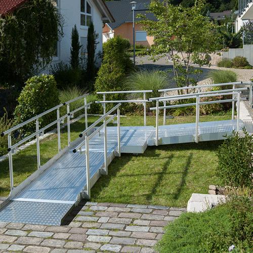 Rollstuhlrampe frei konfigurierbar mit Geländer im Garten