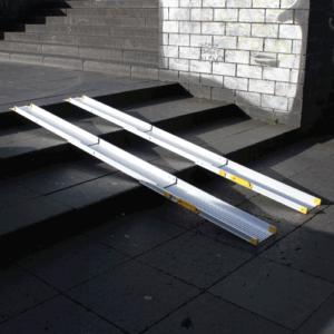Rollstuhlrampe / Teleskoprampe 3- teilig auf Treppe