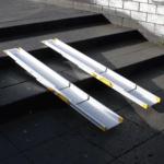 Rollstuhlrampe / Teleskoprampe 3 Teilig Halb Zusammen Geschoben Auf Treppe