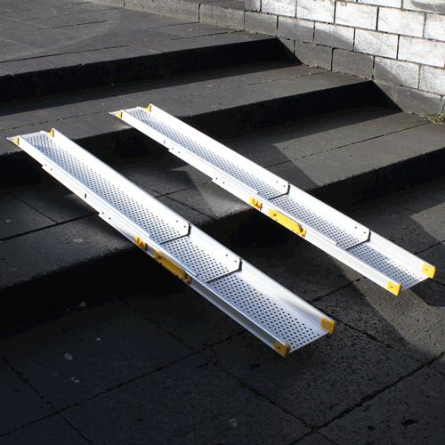 Rollstuhlrampe / Teleskoprampe 3- teilig halb zusammen geschoben auf Treppe