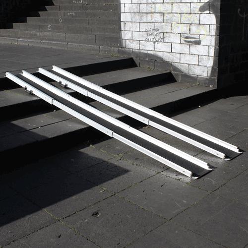 Rollstuhlrampe / Teleskoprampe breit 3-teilig auf Treppe