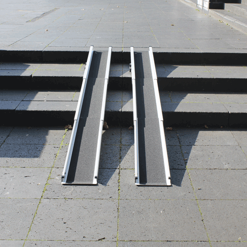Rollstuhlrampe / Teleskoprampe breit 3-teilig auf Treppe frontal
