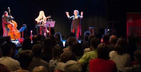Sängerin Sarah Lesch und Rita Mohlau: Konzert für Gehörlose
