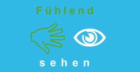 """Grafik: Zwischen dem Text """"Fühlend sehen"""", greift eine Hand nach einem Auge."""
