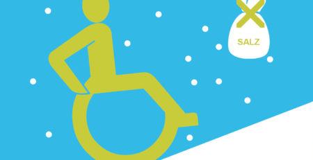 Rollstuhlfahrer fährt im Schnee über eine Rampe, daneben ein durchgestrichener Sack mit Streusalz