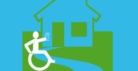 Rollstuhlfahrer mit Fernbedinung vor einem Haus