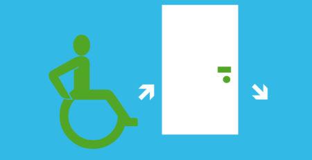 Rollstuhlfahrer vor einer Tür, die mit zwei Pfeilen versehen ist.