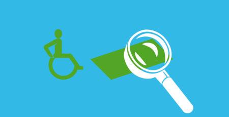 Rollstuhlfahrer vor einer Rollstuhlrampe, auf die sich eine Lupe richtet