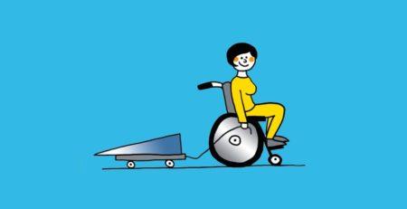 Frau im Rollstuhl, die eine klappbare Rampe auf Rollen hinter sich her zieht