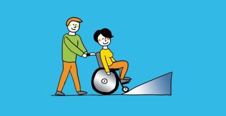 Rollstuhlfaherin mit Hilfsperson vor einer Rampe