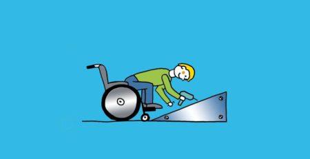 Rollstuhlfahrer montiert Rollstuhlrampe