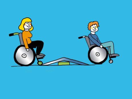 Zwei Rollstuhlfahrer vor und hinter einer Schwellenrampe