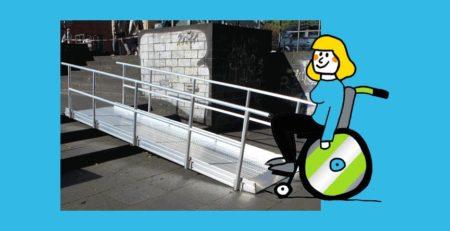 Rollifahrerin vor Bild von Rollstuhlrampe fest