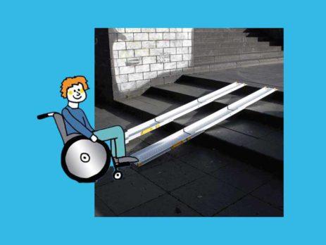 Grafik: Rollstuhlfahrer vor Rollstuhlrampe