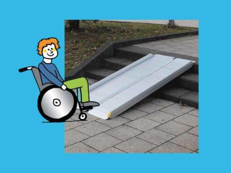 Rollstuhlfahrer vor Kofferrampe Alu