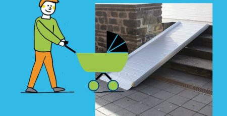 Mann mit Kinderwagen vor Flächenrampe leicht