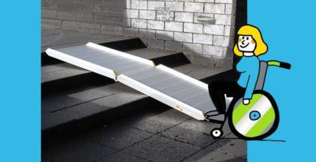 Rollstuhlfahrern vor Flächenrampe klappbar leicht