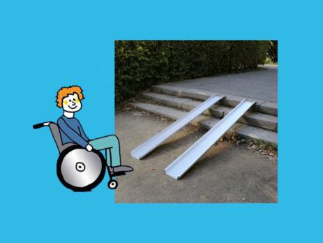 Rollstuhlfahrer vor Rollstuhlrampe leicht
