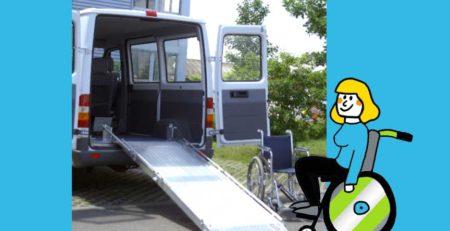 Rollstuhlfahrerin vor Autorampe